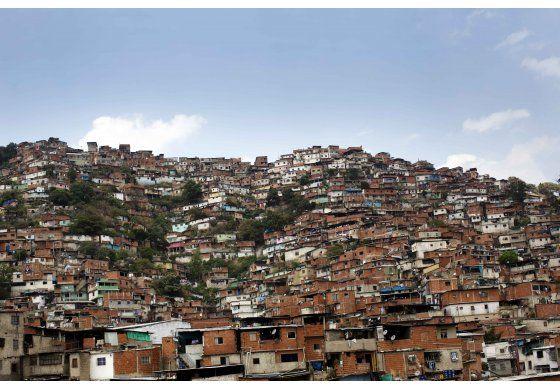 Bandas criminales paralizan barrios enteros en Venezuela para velar a sus muertos