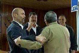 Castro recibe a los tres espías cubanos canjeados por Alan Gross.