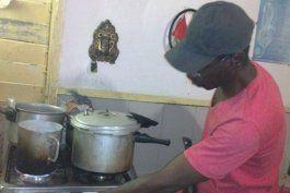 Pirimpi es bahamés, arreglador de cocinas y custodio de Los Marinos