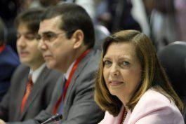 La directora para EE.UU. del Ministerio de  Relaciones Exteriores de Cuba, Josefina Vidal Ferreiro (der.) y José R.  Cabañas, Jefe de la Sección de Intereses de Cuba en Washington.