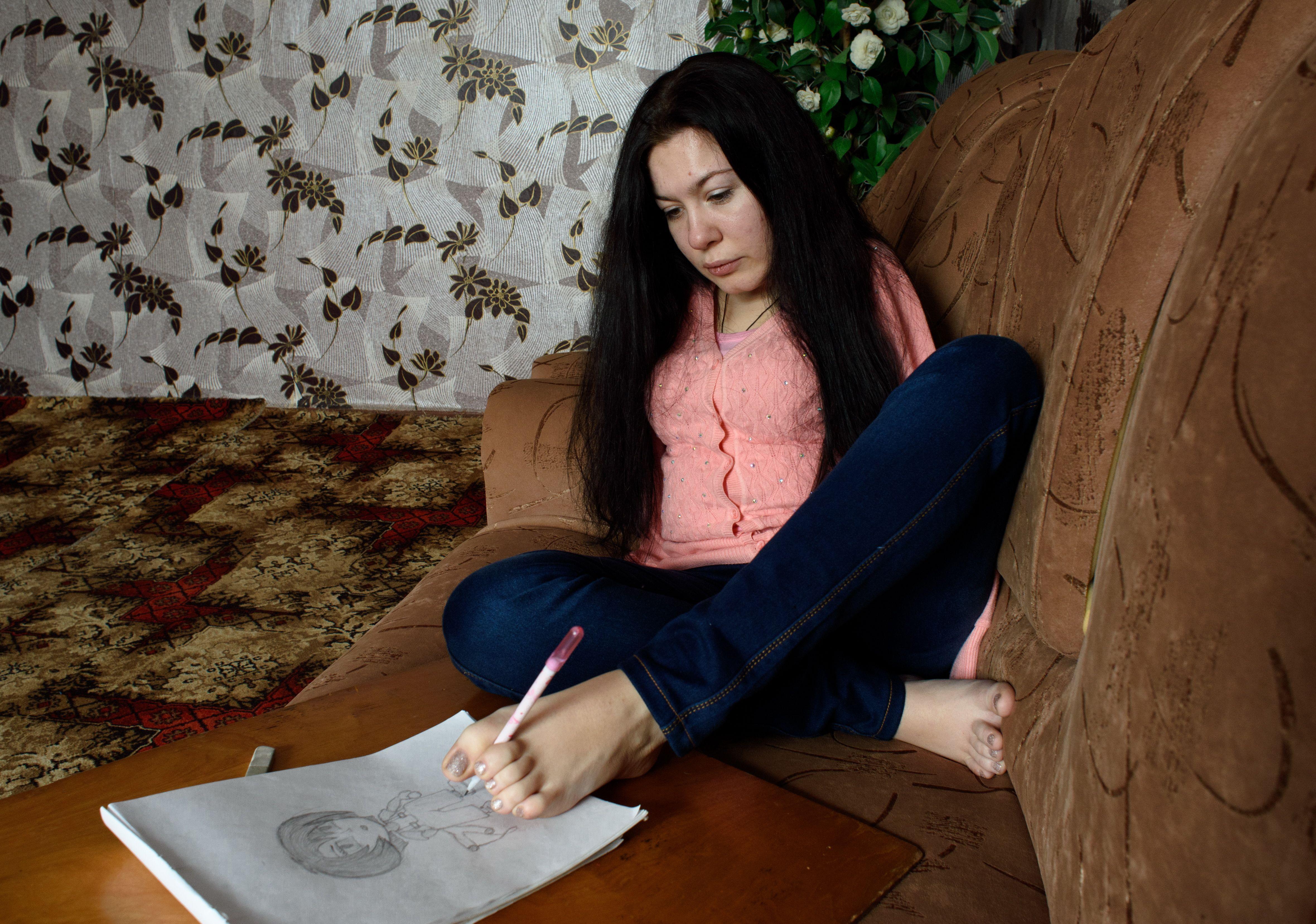 Nacida sin brazos mujer dibuja con los pies for Trabajar en marina d or