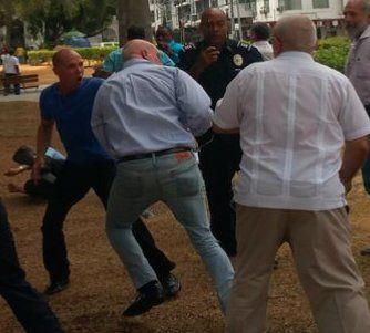 Así comenzó todo: Castristas y anticastristas pelean frente a la embajada de Cuba en Panamá