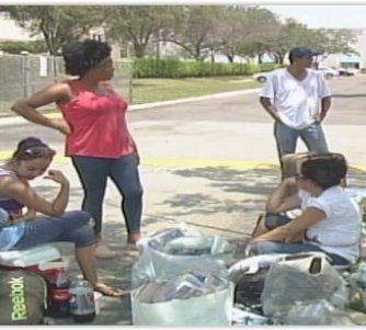 Balseros desamparados son ayudados por la comunidad