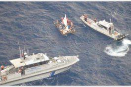 Policía de Islas Caimán impide que locales ayuden a inmigrantes cubanos