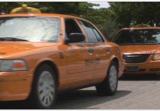 Compañías de taxis demandan al condado Miami-Dade tras legalizar el servicio de transporte Uber
