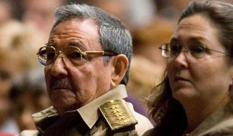 El dictador general de ejército Raúl Castro y su hija Deborah Castro Espín.