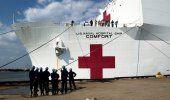El barco hospital US Confort atracó en el muelle de New York