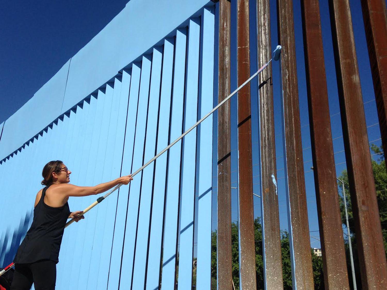 Artistas intentan borrar parte de muro fronterizo en Arizona