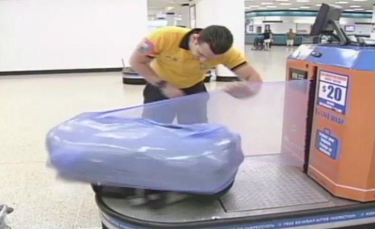 Se discute nuevamente el tema de las envolturas de las maletas del aeropuerto de Miami