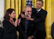 obama entrega la medalla de la libertad a los estefan