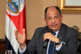 El presidente costarricense garantiza a los cubanos que buscará rutas para que lleguen a EEUU