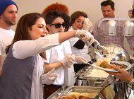 gloria y emilio estefan reparten cena por el dia de accion de gracias a los mas necesitados