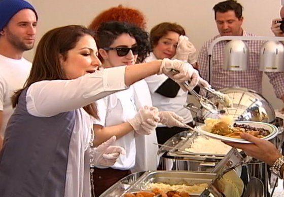 Gloria y Emilio Estefan reparten cena por el día de Acción de Gracias a los más necesitados