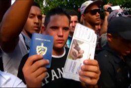 Cientos de cubanos protestan frente a embajada de Ecuador en La Habana