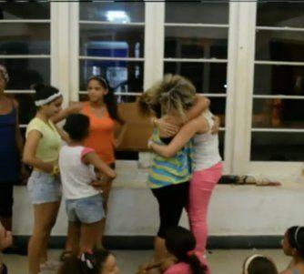 Bailarina del show El Happy Hour sorprende a su mamá en Cuba