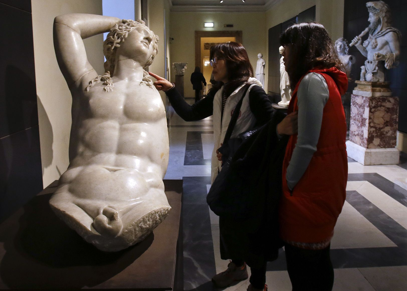 Italia tapa obras desnudas por visita del presidente iraní