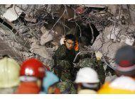 taiwan busca sobrevivientes en edificio derruido tras sismo