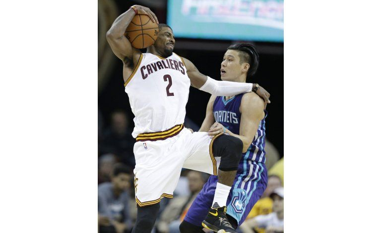 James, Irving y los Cavs doblegan a los Hornets