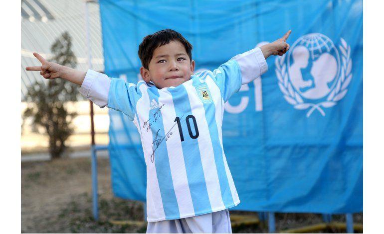 Niño afgano recibe camiseta de Messi