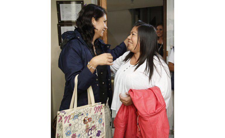 Emotivo encuentro de dos hermanas tras 30 años de separación
