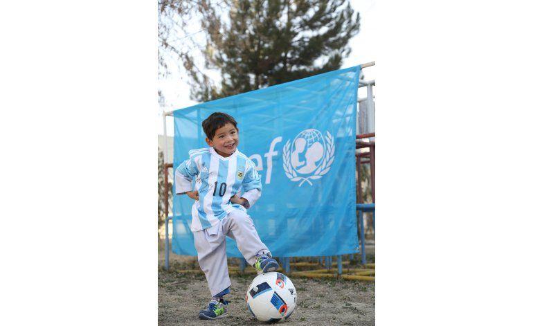 Niño con camiseta casera de Messi, listo para ver a ídolo