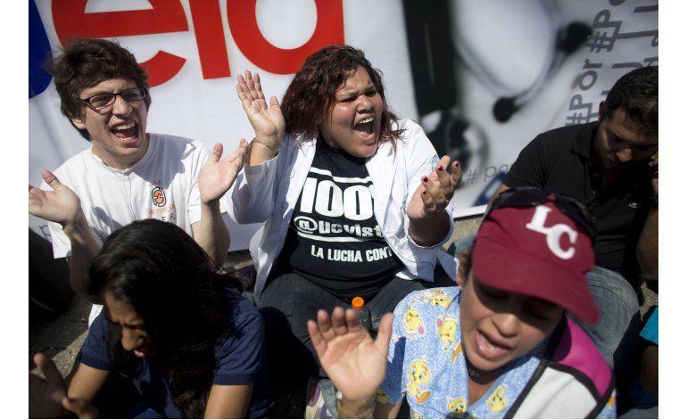 Venezolanos protestan por crisis en el sector de la salud