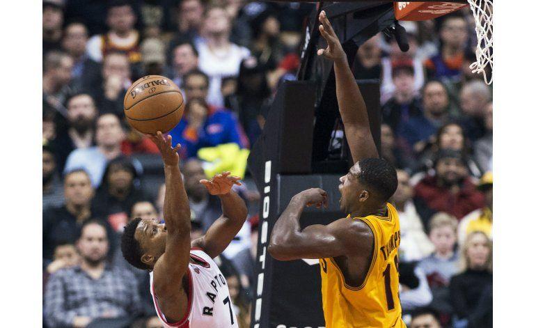 Lowry anota 43 puntos y Raptors superan 99-97 a los Cavs