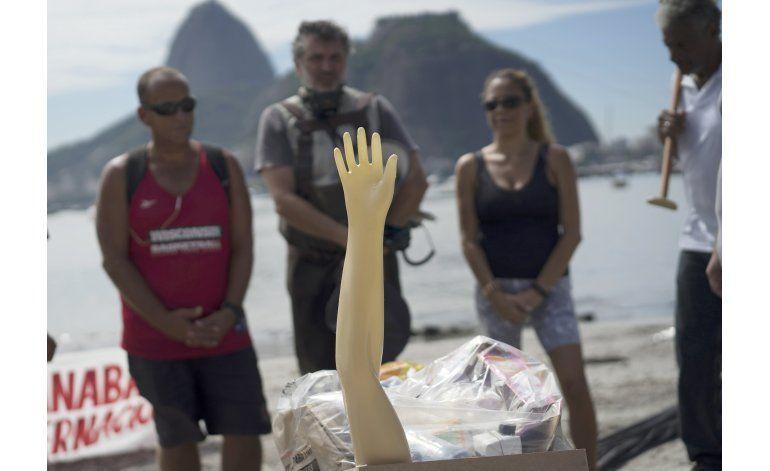 Entierran bahía brasileña contaminada con aguas negras