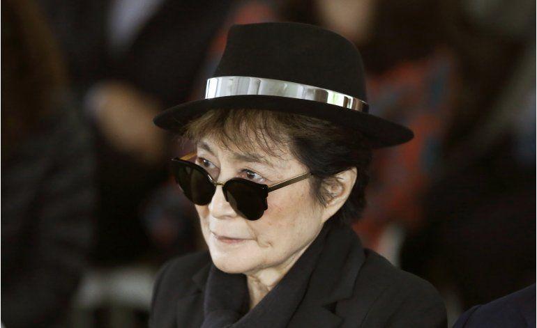 Yoko Ono regresa a casa en NY tras tratamiento por gripe