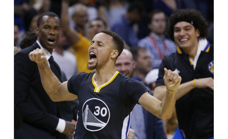Curry encesta el triple ganador de Warriors ante Thunder
