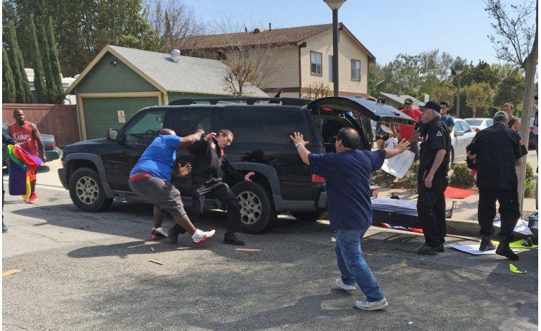 Tres apuñalados en altercados en acto del KKK en California