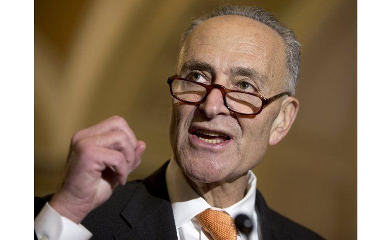 Senador propone más espacio entre asientos de aviones
