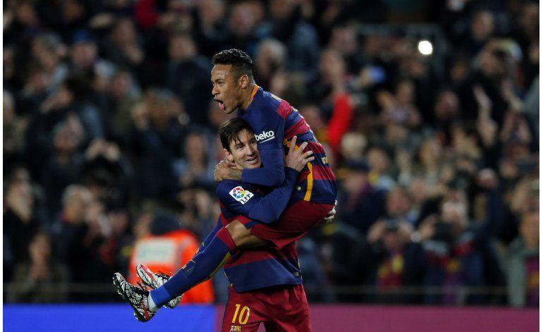 Messi levanta al Barsa frente a Sevilla y acerca el título