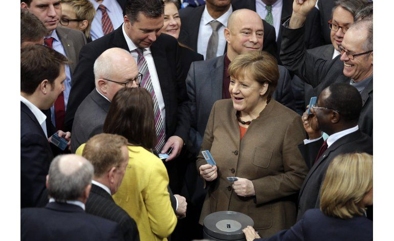 Merkel dice que insultos a inmigrantes son repulsivos