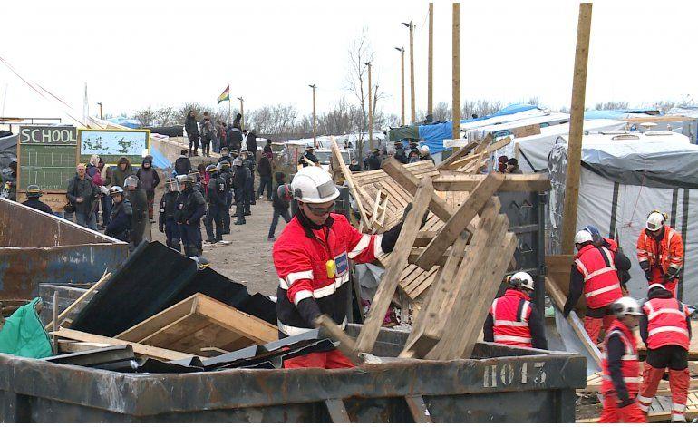 Comienzan a desmantelar campamento de migrantes en Francia