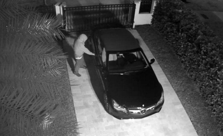 Video de vigilancia capta a un hombre masturbándose en la puerta de una casa en Miami