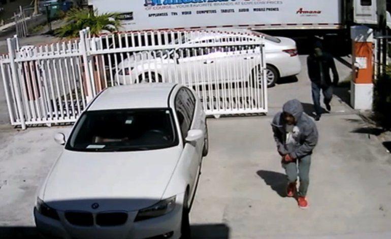 Dos hombres enmascarados interceptaron un camión de la tienda Brandsmart USA