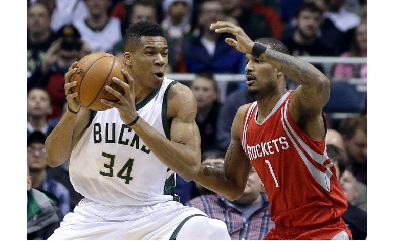 Antetokounmpo logra triple doble; Bucks derrotan a Rockets