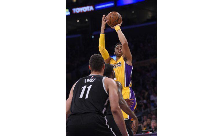 Russell suma 39 puntos, Lakers frenan mala racha ante Nets