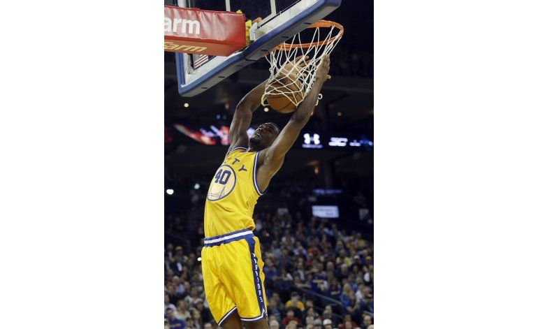 Warriors ganan a Hawks sin Curry, siguen firmes en su cancha