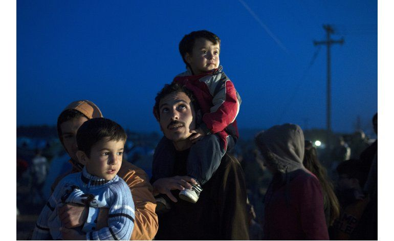 Macedonia reabre frontera a un pequeño número de migrantes
