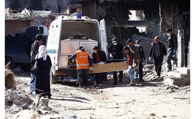 Residentes regresan a su destruido pueblo Cizre en Turquía