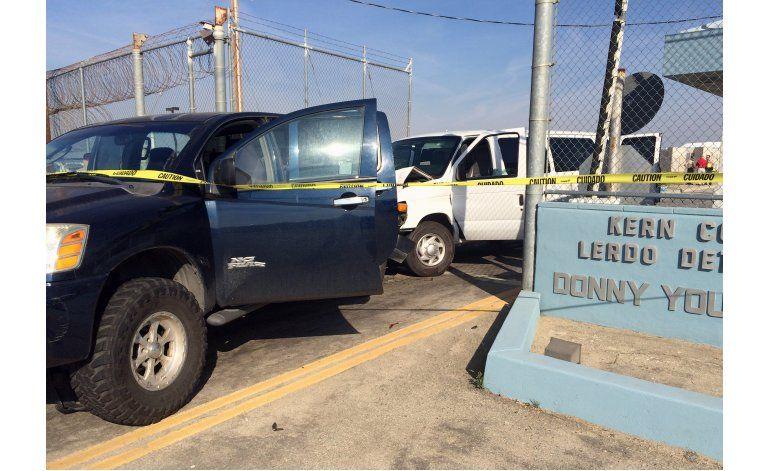 Reo choca camioneta de prisión en intento de fuga