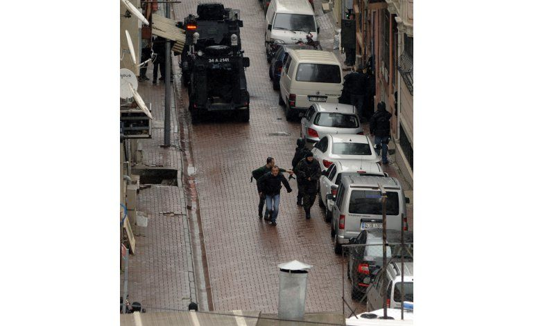 Turquía: Policía mata a 2 mujeres que atacaron una comisaría