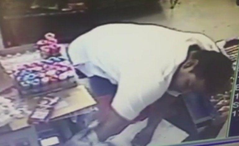 Buscan al hombre que atacó con un cuchillo a una mujer mientras asaltaba una tienda