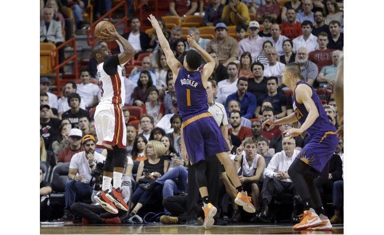 Wade aporta 27 puntos en triunfo de Heat sobre Suns