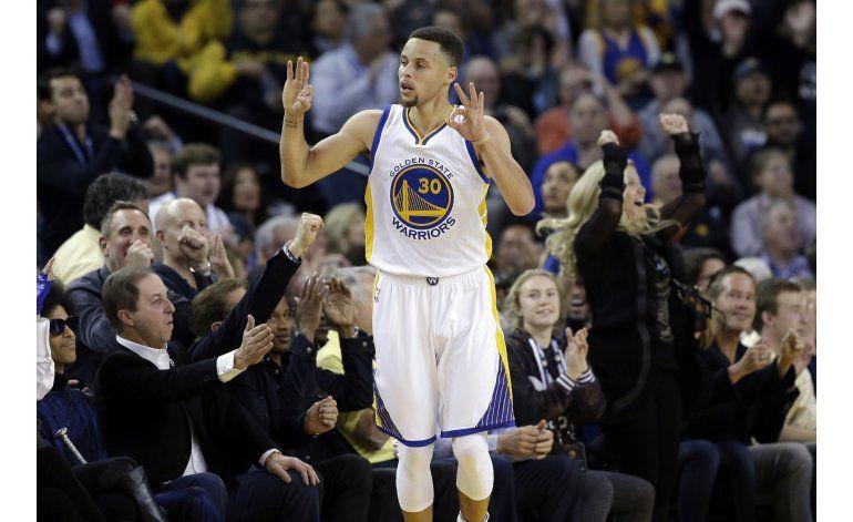 Warriors ganan a Thunder igualan record de triunfos en casa