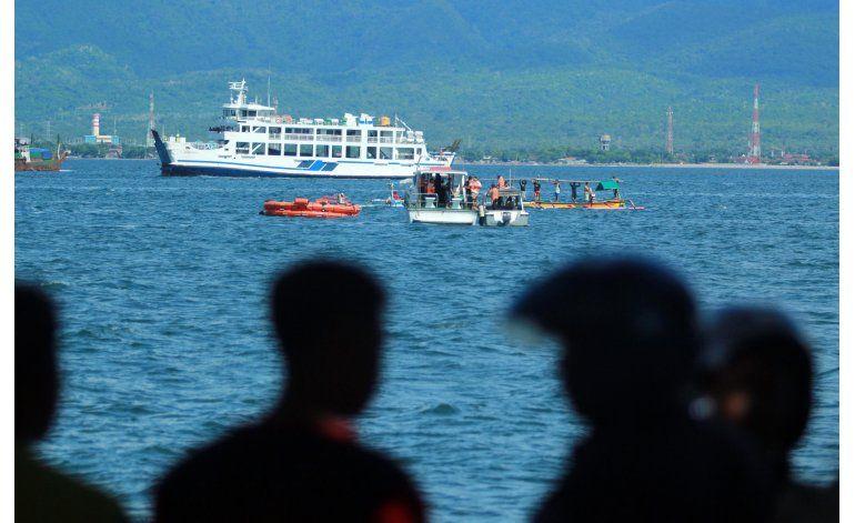 Pasajeros brincan al mar al naufragar barco en Indonesia