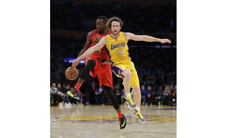 Hawks aplastan a Lakers con un buen partido de equipo