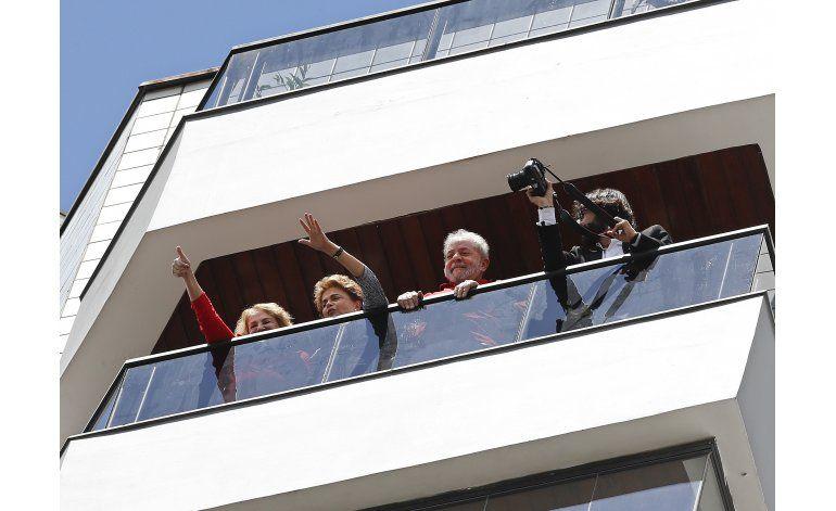 Multitudes aplauden a Lula después de interrogatorio